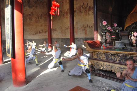 少林寺武僧团培训基地弟子在千佛殿演武图片
